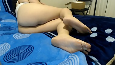 MY SISTERS FRIEND LET ME CUM ON HER FEET FOR $20 (FOOT FETISH) - Ohmiky