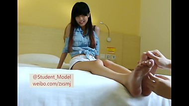 cute Chinese girl being tickled-瞳瞳