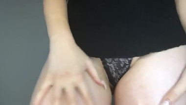 TEEN CLAPS BIG OILED ASS + OILED PUSSY RUBBING & FINGERING, ORGASMS!